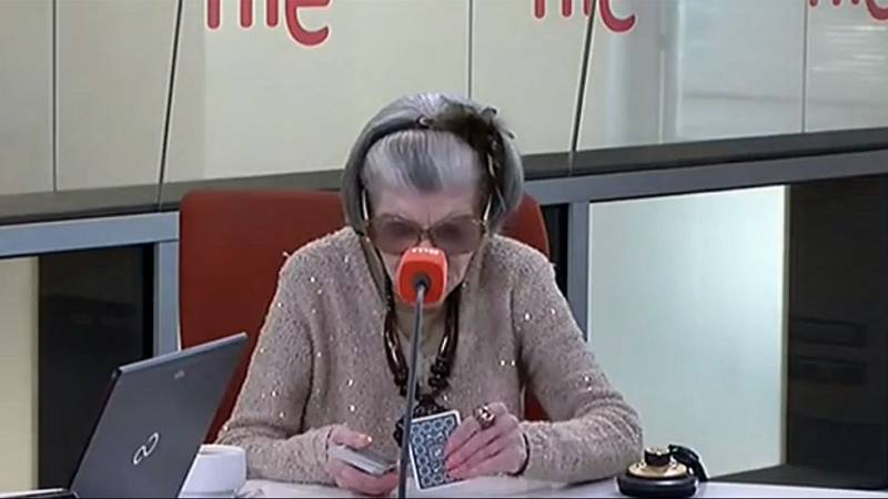 Las mañanas de RNE - América Jova, la madre de Alaska, echa las cartas a Alfredo Menéndez en directo - Ver ahora