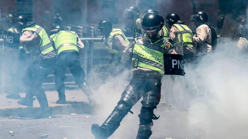 Batalla campal en las calles de Caracas, al reprimir la policía una marcha opositora
