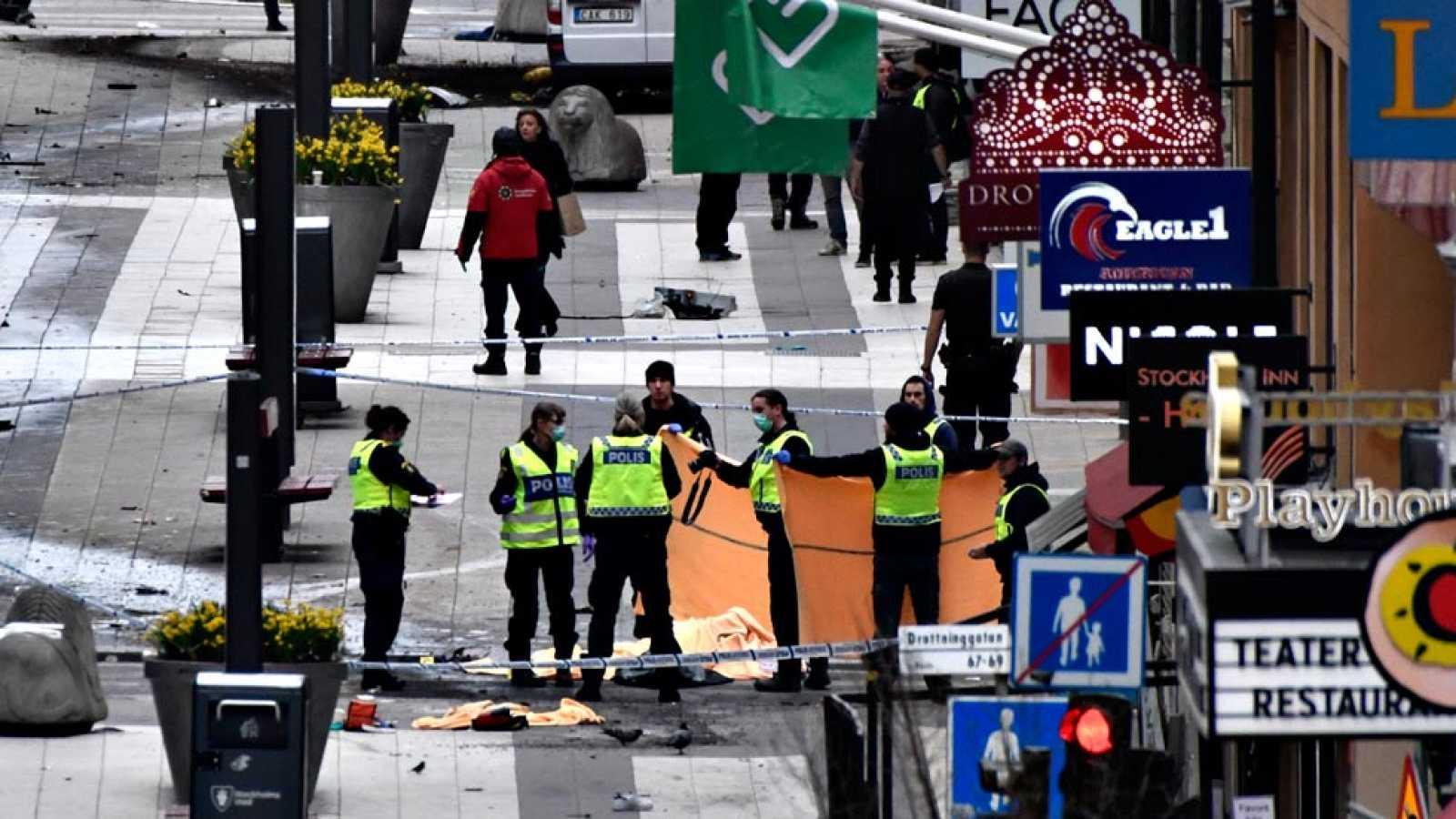 Un camión arrolla a la multitud en Estocolmo y mata a cuatro personas
