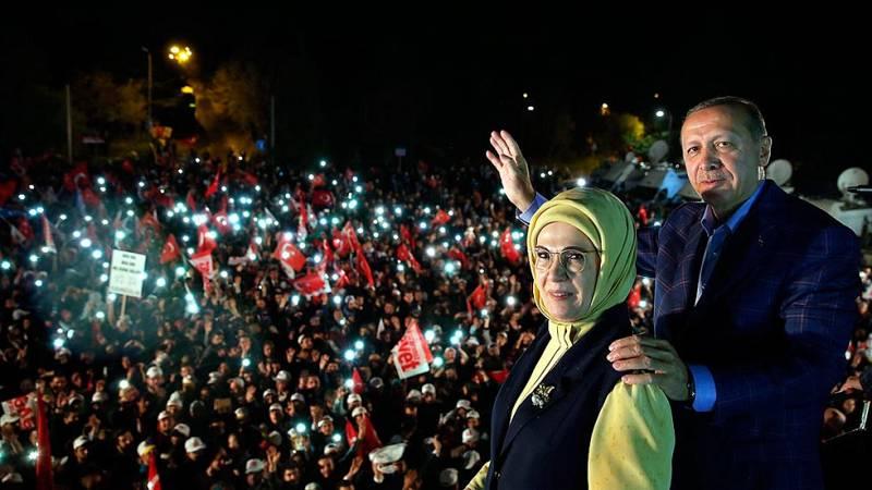 Turquía - Erdogan gana el referéndum para reforzar su poder con el 51% de los votos y la oposición impugará el resultado