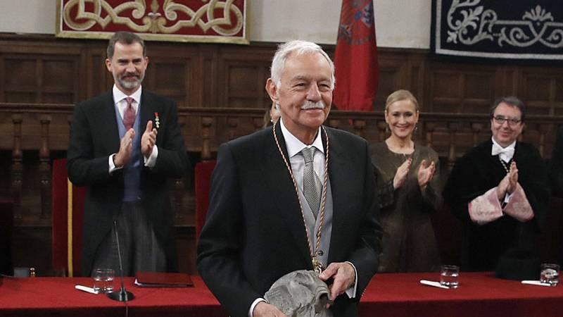 Eduardo Mendoza recoge de manos de Felipe VI el Premio Cervantes