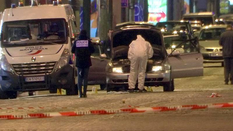 Un policía muerto y dos heridos graves en un atentado en París reivindicado por el EI