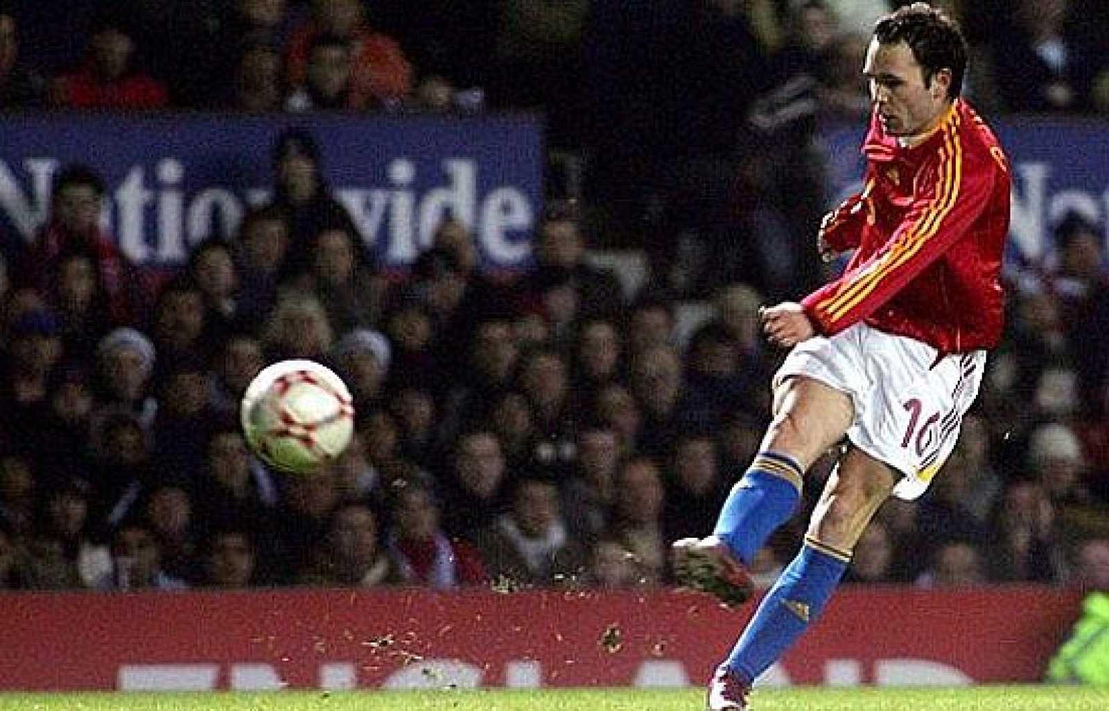 La España de Aragonés se enfrentaba a Inglaterra en 2007 y un golazo de Iniesta tumbó a los ingleses. Ya se fraguaba la campeona de la Eurocopa de 2008