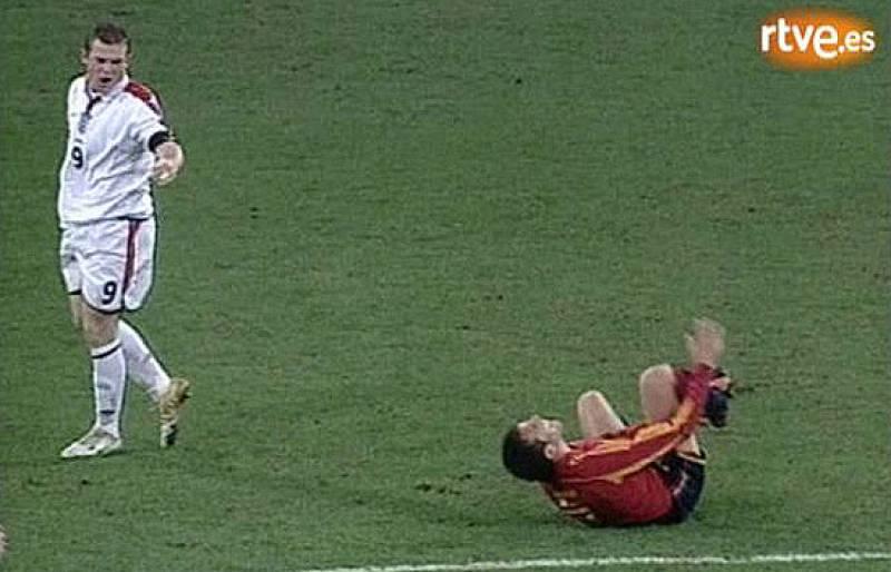España se impuso en el juego y en el marcador a Inglaterra, algo que no debió sentar muy bien a un Rooney que en 2004 era un jovencito de 20 años y muy 'malas pulgas'. El delantero tuvo que ser cambiado para eviatr su expulsión