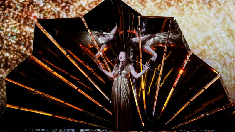 Eurovisión 2017 - El primer minuto de Reino Unido: Lucie Jones canta 'Never Give Up On You'