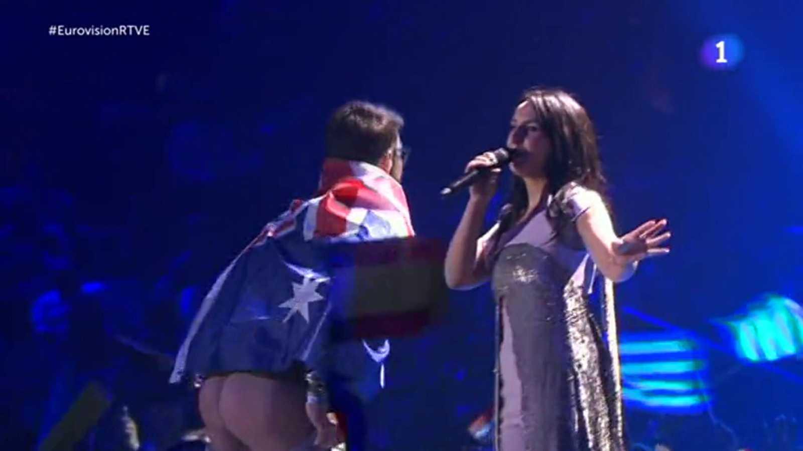 Eurovisión 2017 - Un espontáneo irrumpe en la actuación de Jamala