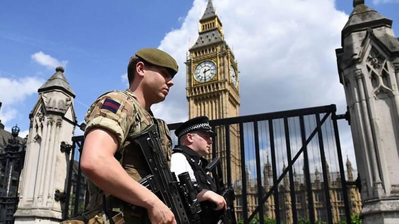 La policía británica despliega un amplio operativo para tratar de desarticular la célula que se sospecha pudo ayudar al terrorista suicida
