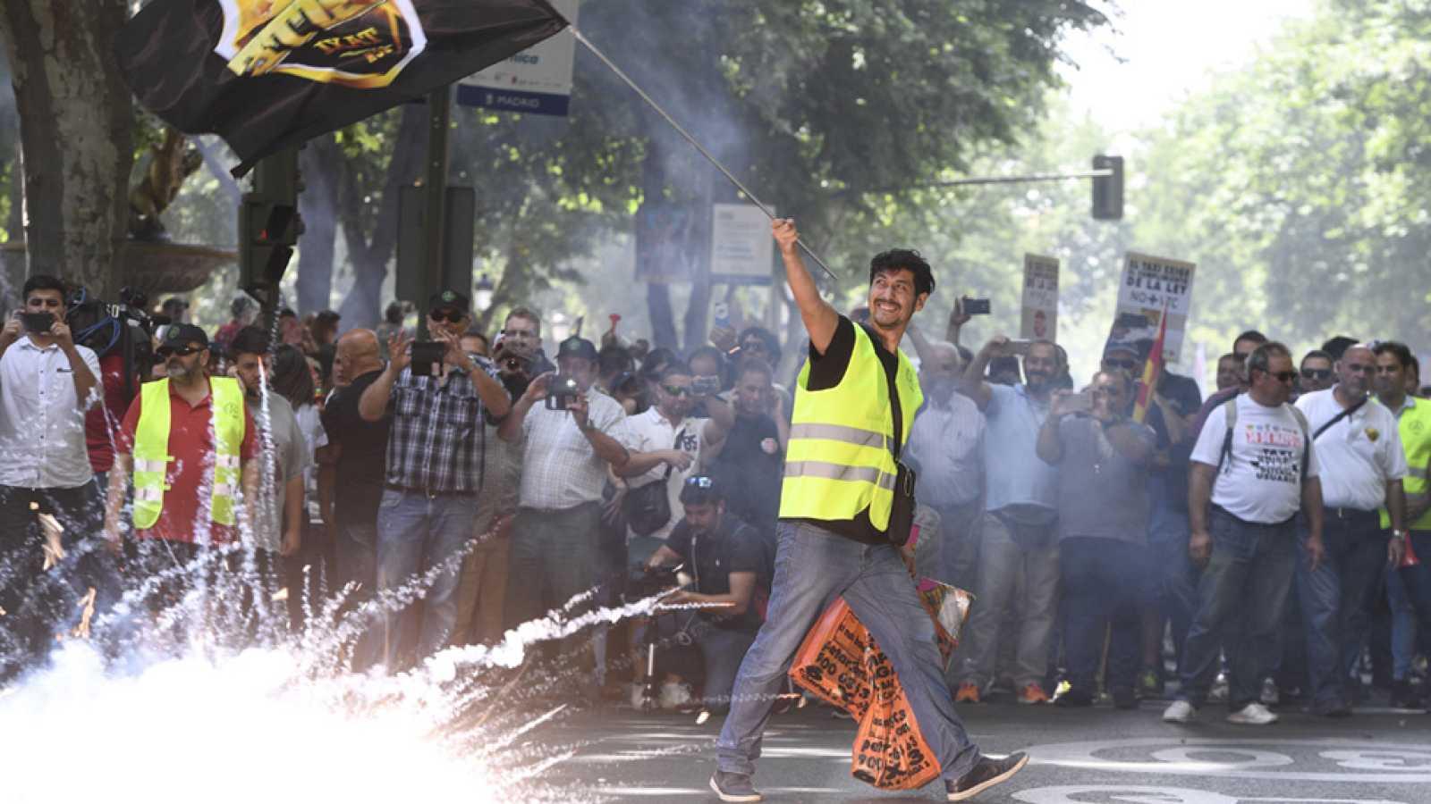 """Los taxistas protestan en Madrid contra la """"competencia desleal"""" de Uber y Cabify"""