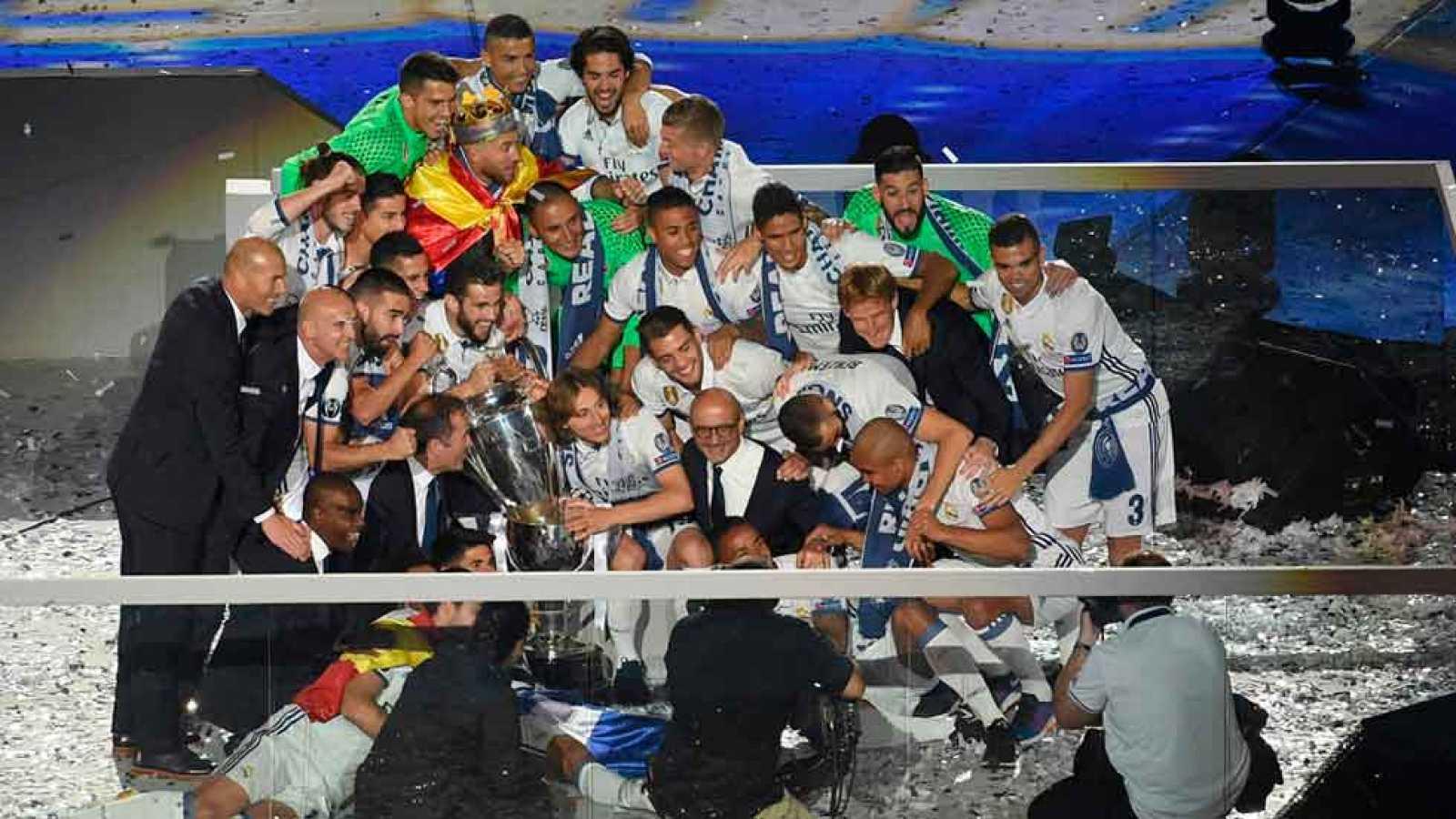 El Bernabéu acogió la gran fiesta final de la 'Duodécima' Copa de Europa conquistada por el Real Madrid. Los jugadores blancos celebraron el título con su afición en su estadio.