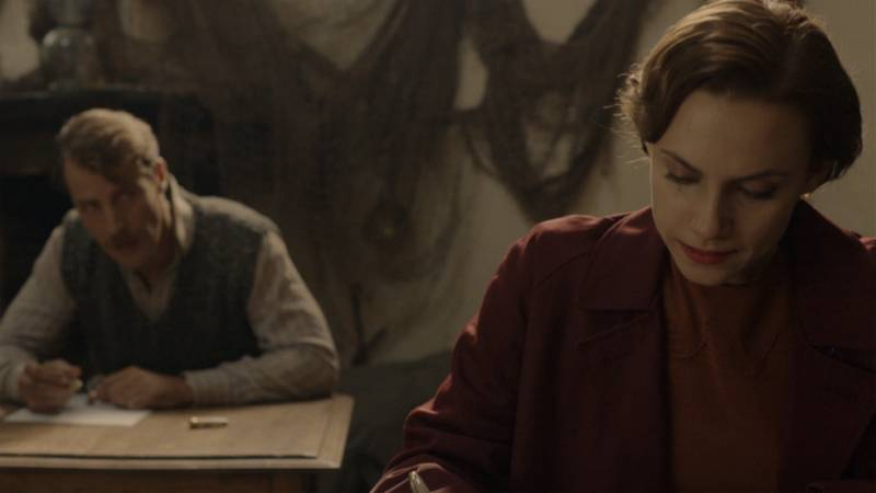El Ministerio del Tiempo - Amelia se emociona con el recuerdo de Julián