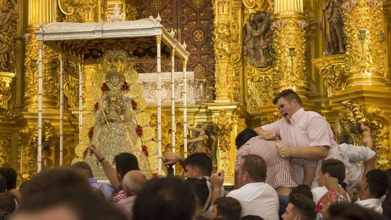 La Virgen del Rocío deja la ermita para recorrer la aldea