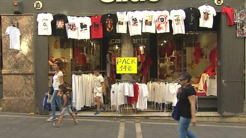 Los comerciantes llenan sus escaparates de blanco y rojo por San Fermín