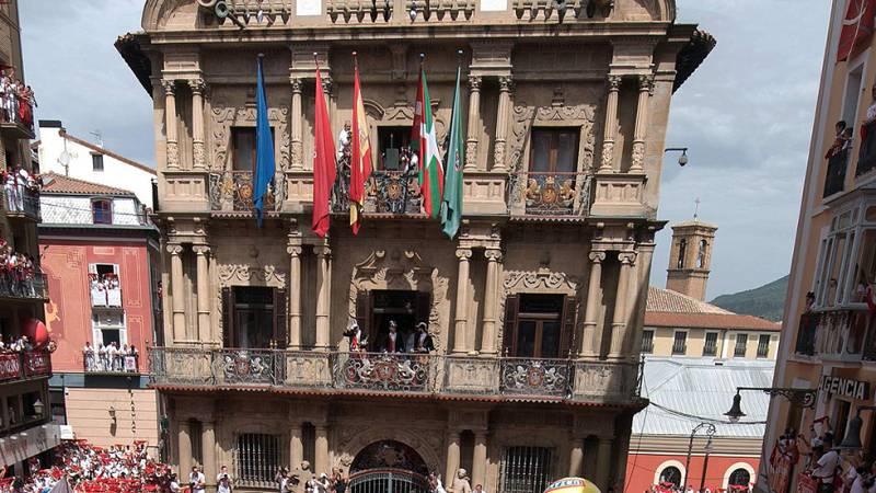 El alcalde de Pamplona defiende la legalidad de colocar la ikurriña durante el chupinazo