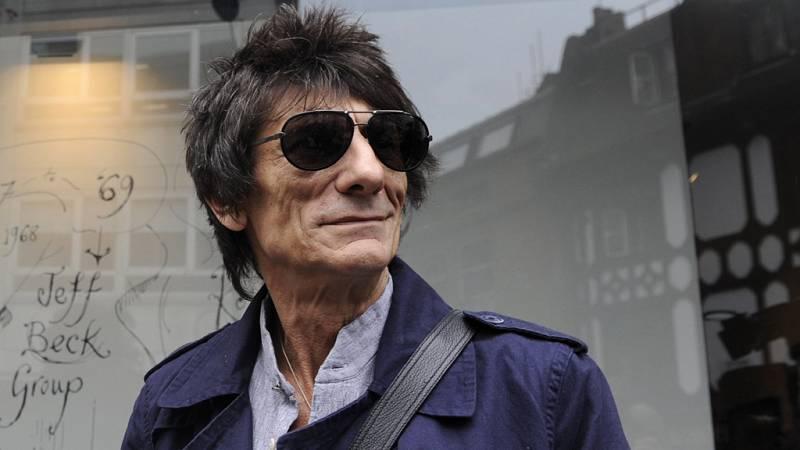 El guitarrista de los Rolling Stones Ronnie Wood dice que fue operado de cáncer de pulmón