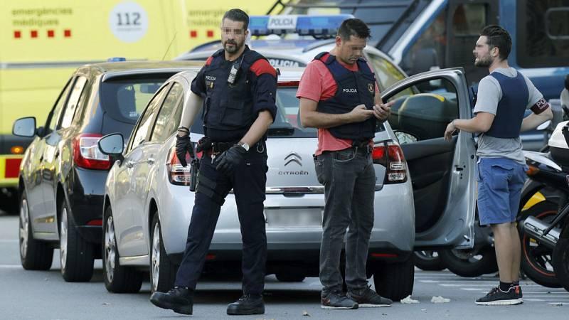 Los Mossos d'Esquadra han vinculado el atentado terrorista cometido en la Rambla de Barcelona con la explosión ocurrida la pasada madrugada en una casa de Alcanar (Tarragona), en la que una persona resultó muerta cuando, al parecer, manipulaba bombon