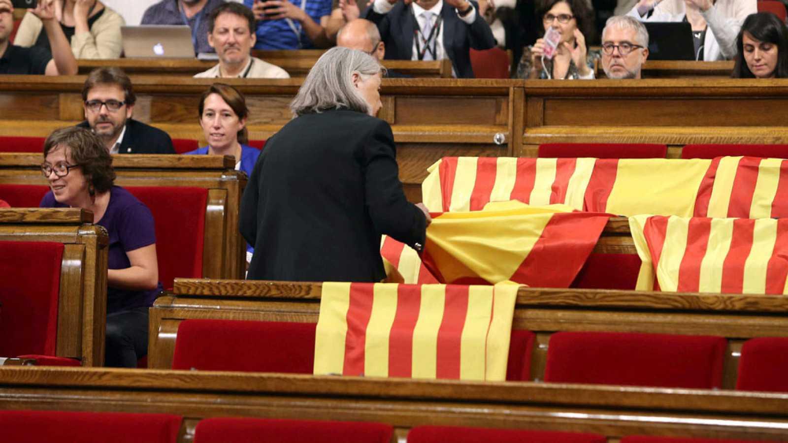 Iglesias pide a la diputada que retiró banderas españolas que se disculpe y esta se niega