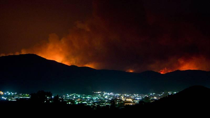 El incendio forestal declarado a primeras horas de la tarde del viernes en La Granada de Riotinto (Huelva) ha motivado, hasta el momento, el desalojo preventivo de más 400 personas, la mayoría de ellas durante la noche del viernes, la madrugada y pri