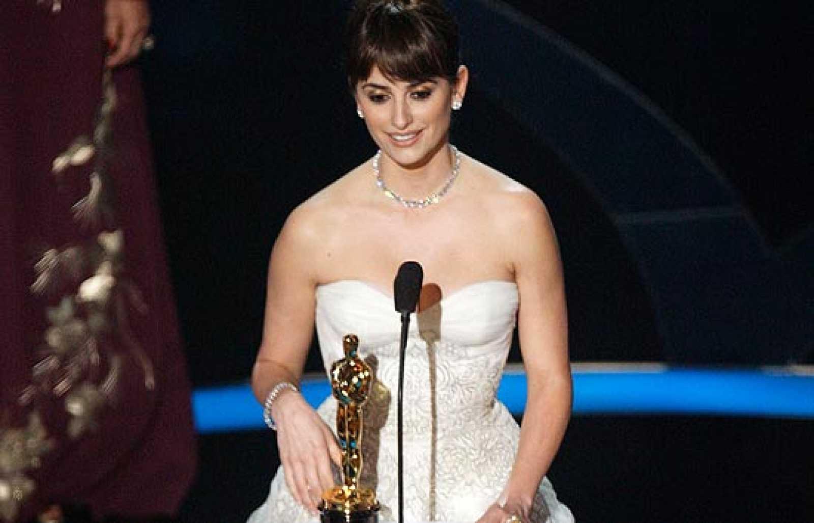 La película de Danny Boyle, con ocho estatuillas, ha sido la gran triunfadora de la noche de Penélope Cruz, la primera actriz española en conseguir un Oscar.