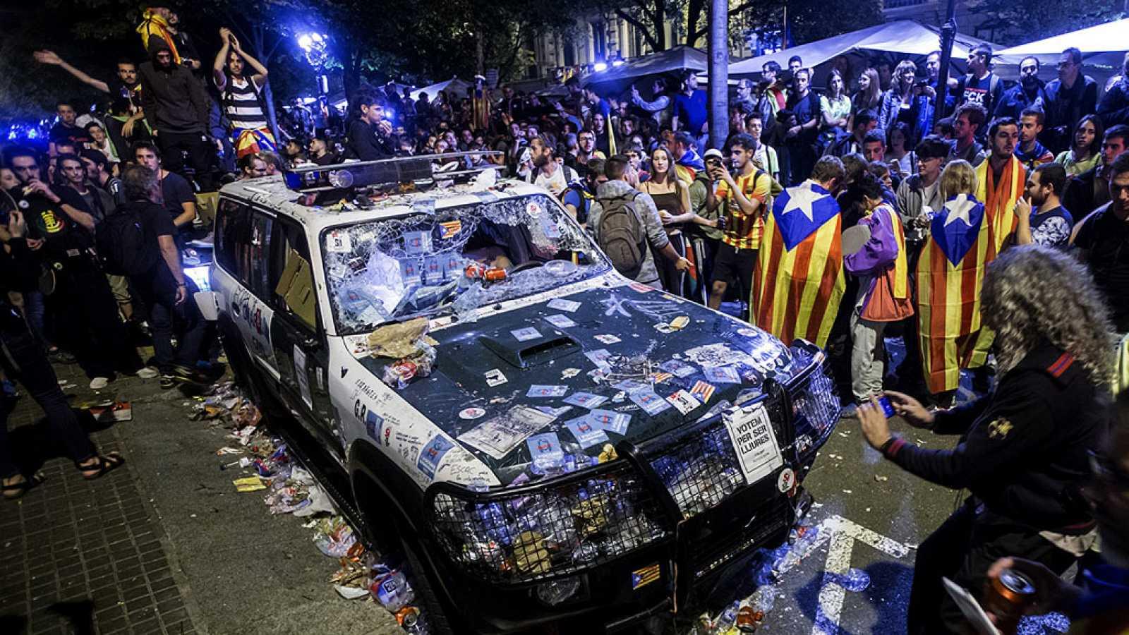 Los Mossos escoltan la salida de la Guardia Civil de la Consellería de Economía en Barcelona