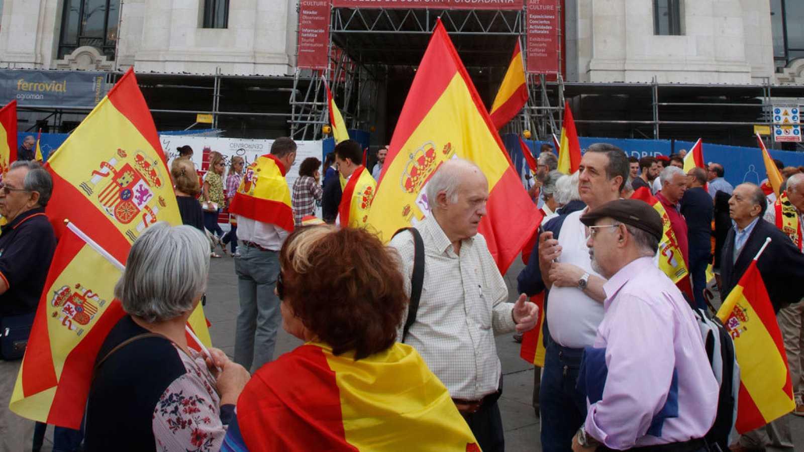 Referéndum en Cataluña: Manifestaciones frente a los ayuntamientos contra el 1-O