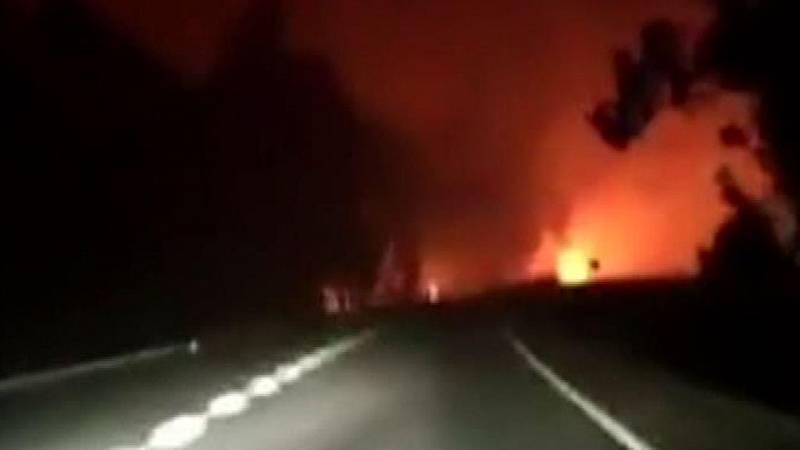 La angustia de dos personas atrapadas por las llamas en una carretera