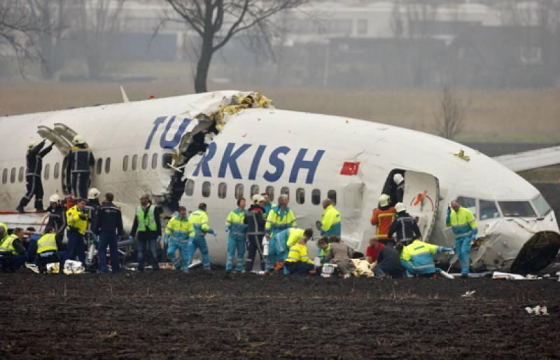 Se parte en tres un avión al aterrizar en Amsterdam con 135 pasajeros a bordo