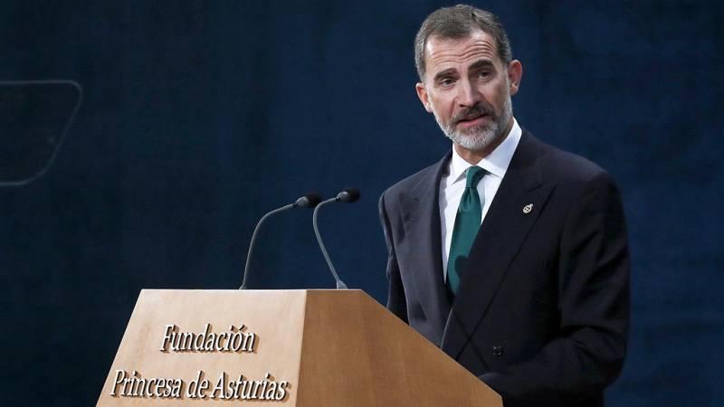 """El rey Felipe VI se ha referido a la situación política en Cataluña durante su discurso en la ceremonia de entrega de la XXXVII edición de los Premios Princesa de Asturias, que ha tenido lugar en el Teatro Campoamor de Oviedo. """"España tiene que hacer"""