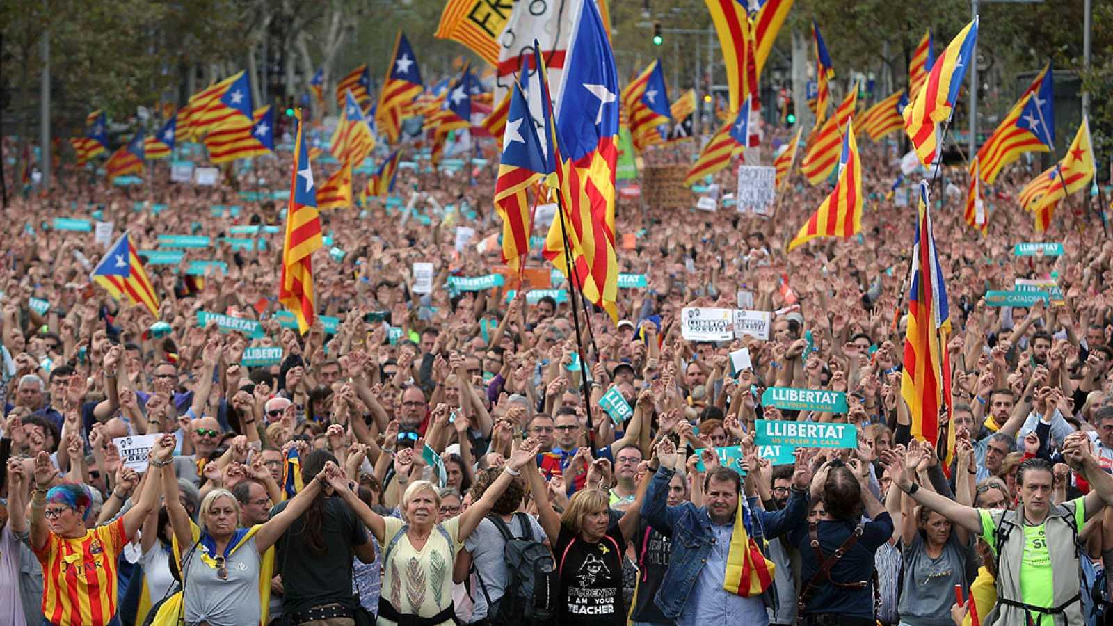 Multitudinaria manifestación en Barcelona contra el 155 y por la libertad de Sánchez y Cuixart