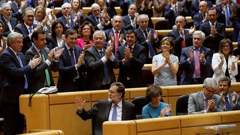 Los senadores del PP dedican una larga ovación a Rajoy tras su intervención
