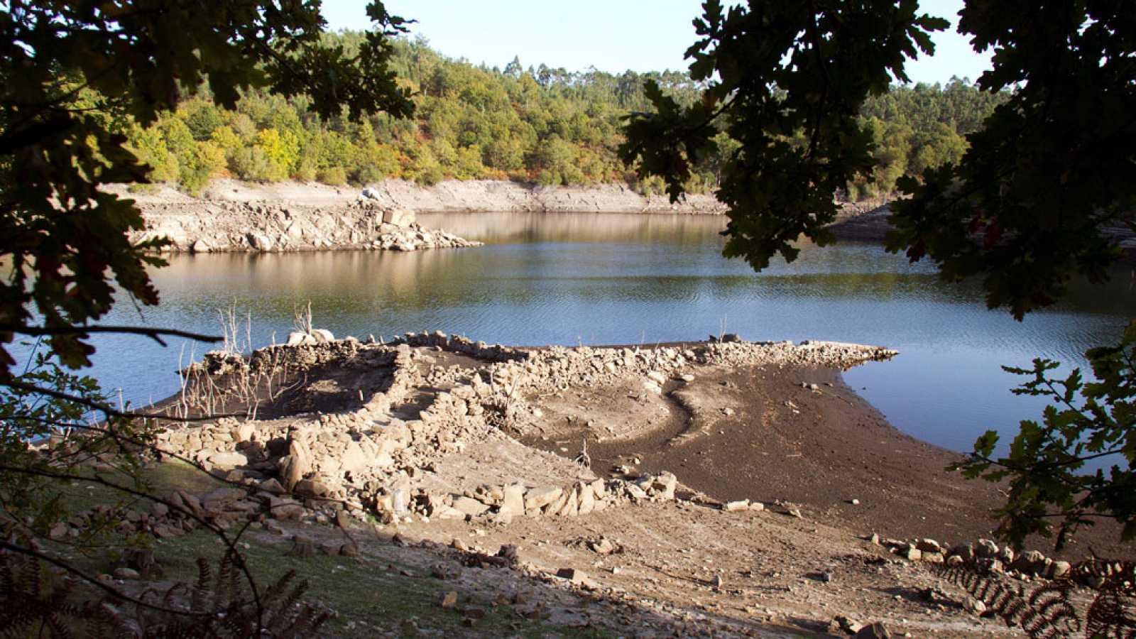 La sequía deja al descubierto las antiguas termas en el embalse de Yesa, Zaragoza