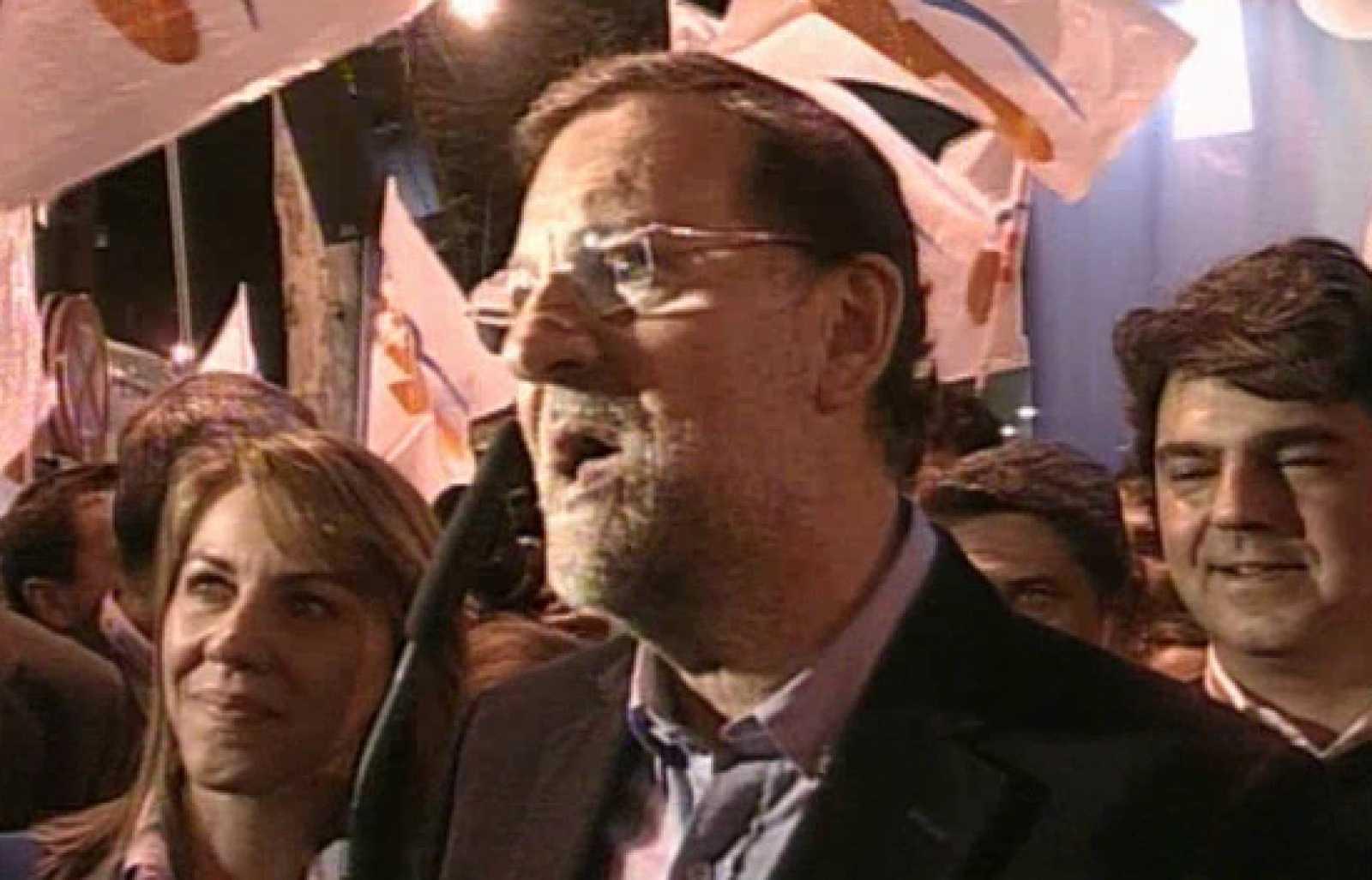 Rajoy ha salido al balcón de Génova para saludar a sus simpatizantes