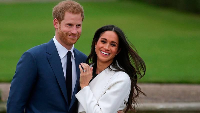 Meghan Markle y el principe Enrique durante el anuncio de su compromiso en los jardines de Kensington Palace