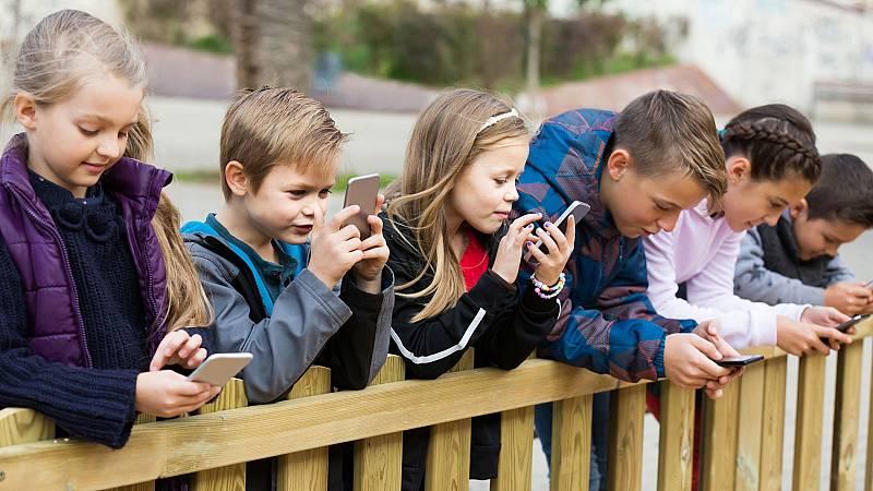 El Gobierno francés prohibirá a los alumnos el uso de  móviles en la escuela a partir del próximo curso