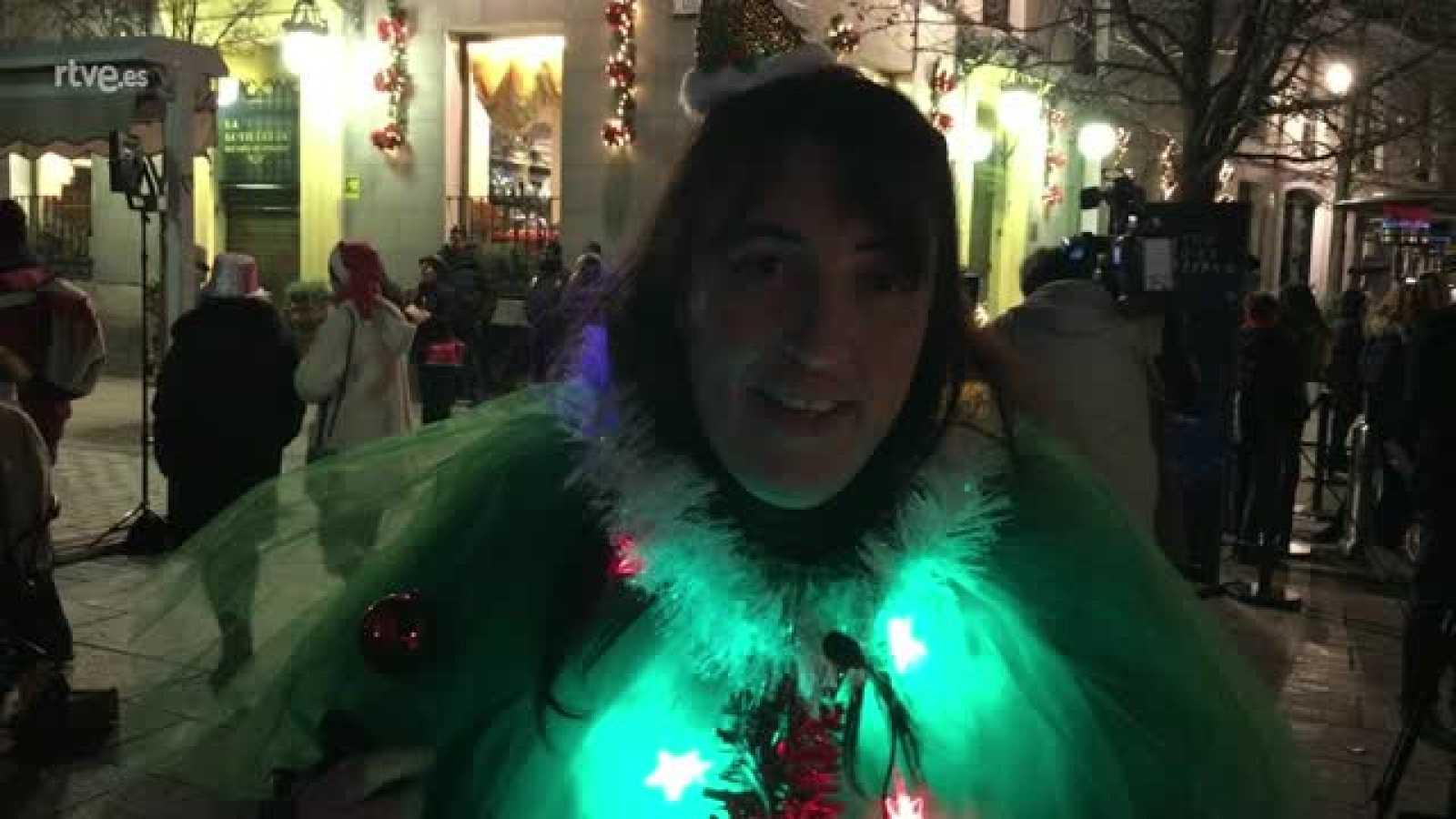 Horas esperando a las puertas del Teatro Real para acudir al sorteo de Lotería de Navidad