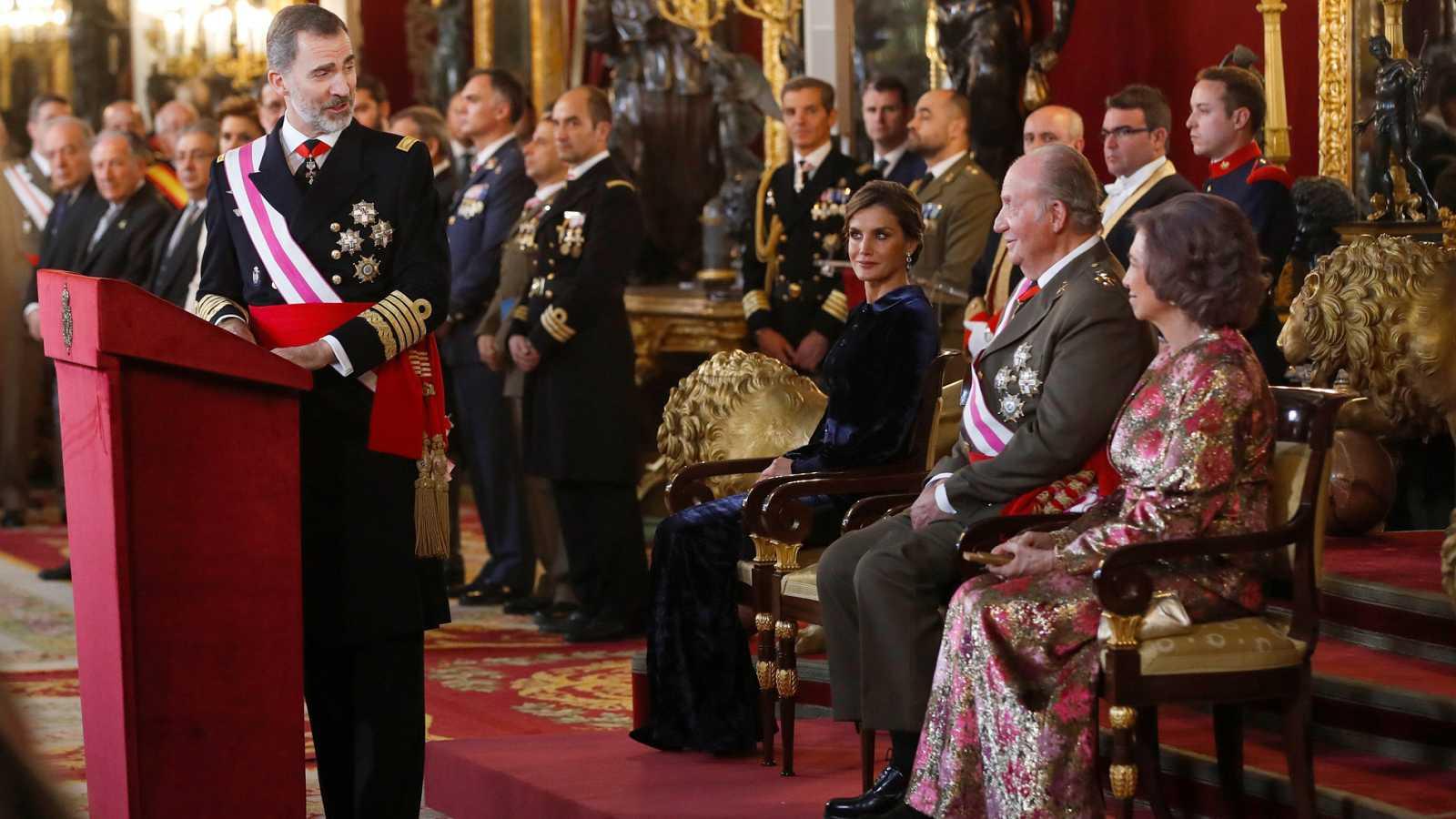 Felipe VI rinde homenaje a su padre durante la Pascua Militar