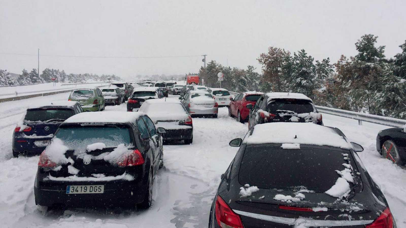 """Una mujer atrapada por la nieve en la AP-6: """"Llamamos a Tráfico y nos dijeron que se podía pasar"""""""