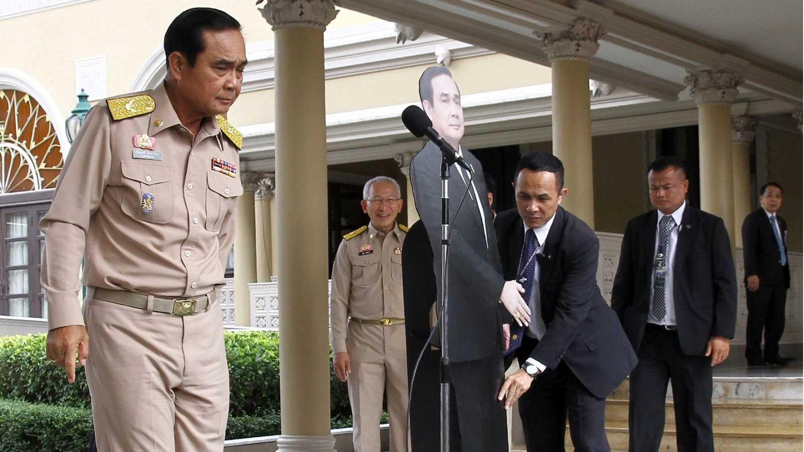El Primer ministro de Tailandia deja una copia suya para evitar las preguntas de los periodistas