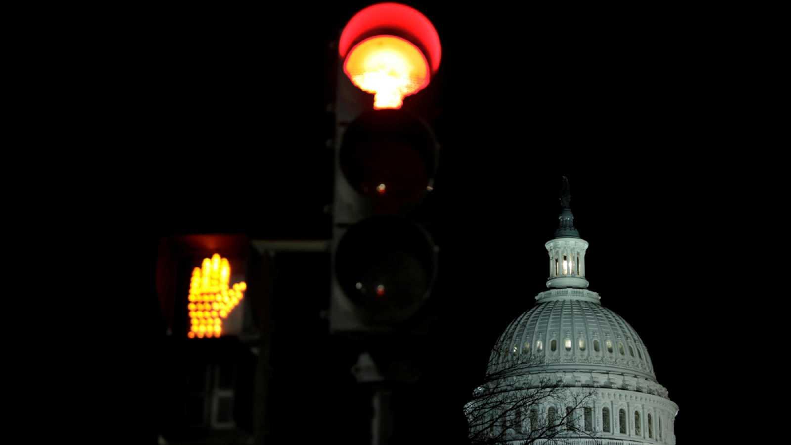 EE.UU. cierra su administración federal parcialmente en el primer aniversario de la llegada de Trump al poder