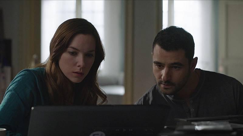 Traición - Carlos y Claudia descubren que faltan 3 minutos de grabación