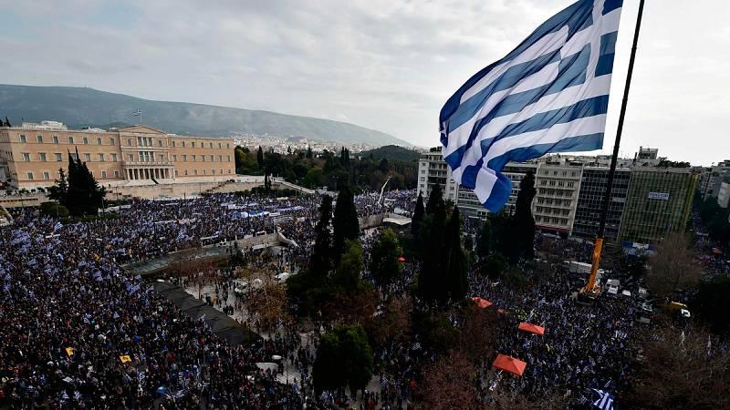 Una multitud nacionalista protesta en Atenas contra el uso del término Macedonia por parte de su país vecino