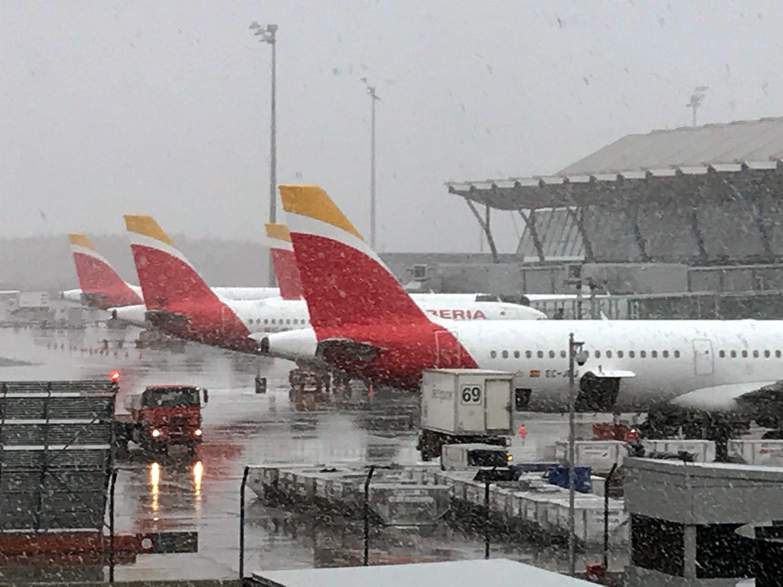 590f60a5d7ca El temporal de nieve obliga a cancelar 42 vuelos y afecta a casi 400  carreteras españolas - RTVE.es