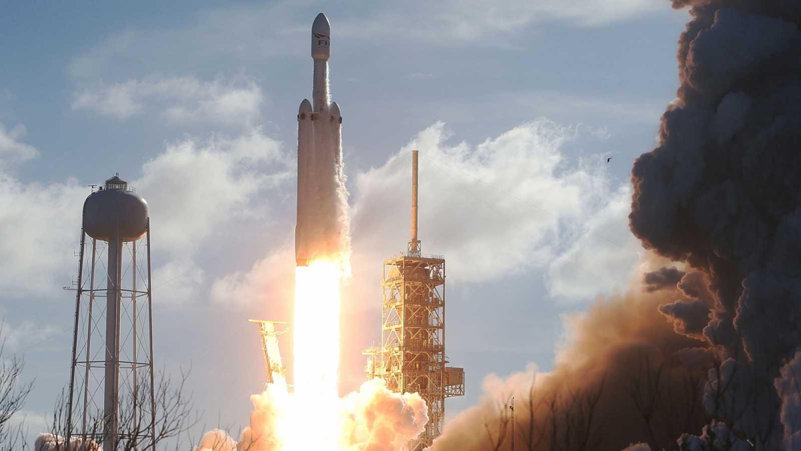 El Falcon Heavy, un cohete barato y reutilizable que abre la vía a viajes espaciales de gran alcance