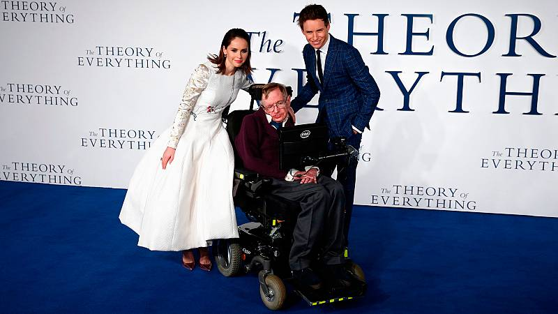 Conocido en todo el mundo por sus teorías científicas, la popularidad de Stephen Hawking le llevó a protagonizar documentales, series de televisión y también películas de Hollywood.... Una de las mentes más brillantes del siglo XX ha muerto convertid