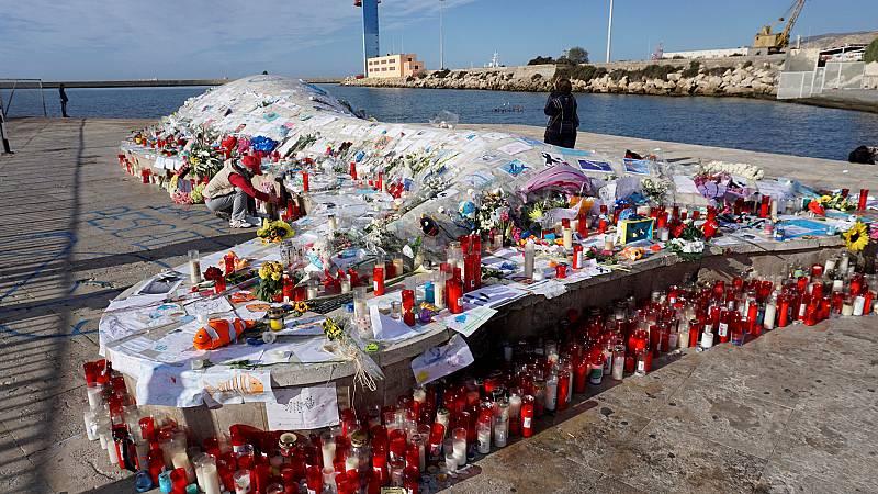 Homenaje a Gabriel Cruz en la 'ballena del puerto' en Almería