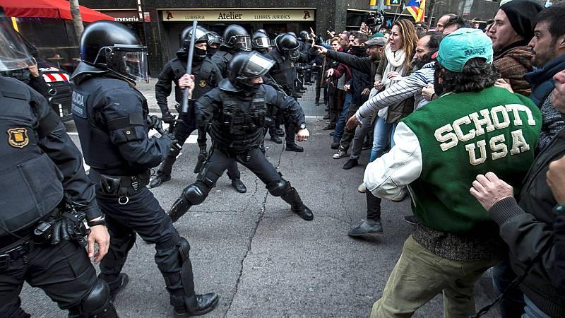 Altercados entre los manifestantes y los Mossos en la Delegación del Gobierno en Barcelona