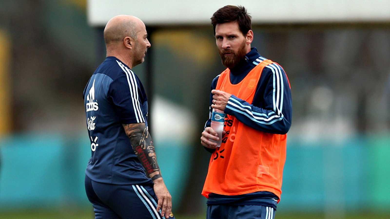 La Asociación del Fútbol Argentino (AFA) recoge en su página web un posible 'once' titular sin el jugador del Barcelona Leo Messi, quien podría perderse por sus molestias en los isquiotibiales y el aductor derecho el amistoso de este martes entre la