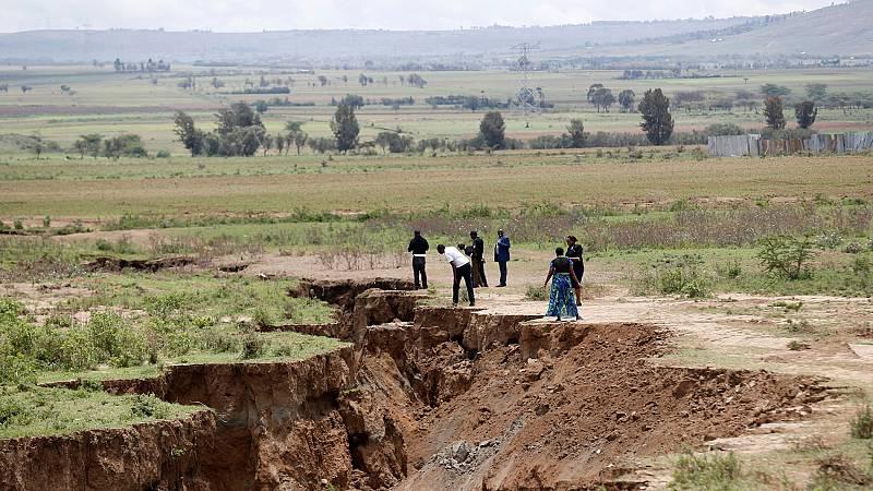 Una grieta gigante de varios kilómetros ha aparecido en Kenia y, según diferentes geólogos, podría dividir en un futuro el continente africano en dos. La enorme grieta apareció en una carretera principal de Mai Mahiu, una ciudad situada en la zona de