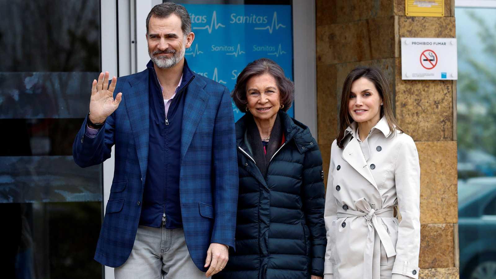 El rey Juan Carlos es operado con éxito para sustituirle la prótesis artificial