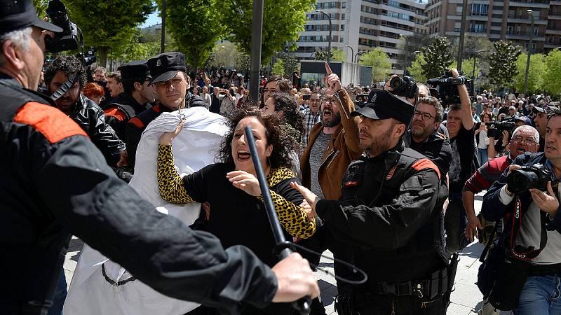 """Indignación a las puertas de la Audiencia de Navarra tras conocerse el fallo de """"La Manada"""""""
