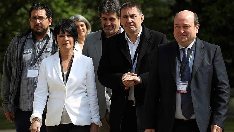 Otegi, Ortuzar y representantes de Podemos en el País Vasco han acudido al acto del fin de ETA